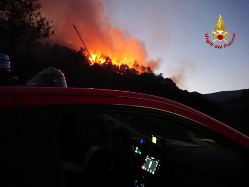 Incendio boschivo ad Orco Feglino: nella notte zona presidiata per evitare ripartenze improvvise