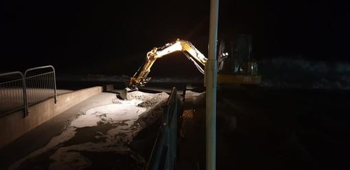 La mareggiata colpisce a Celle: escavatore al lavoro sui rii cellesi