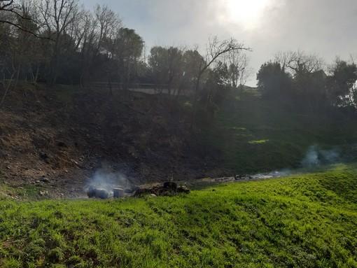 Incendio di Cogoleto: sparito il fronte di fiamma, permangono solo alcuni focolai e fumaioli