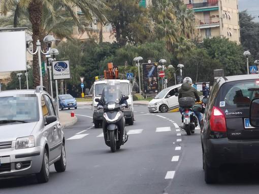 Pietra Ligure, incidente sulla via Aurelia: un codice giallo al Santa Corona (FOTO)