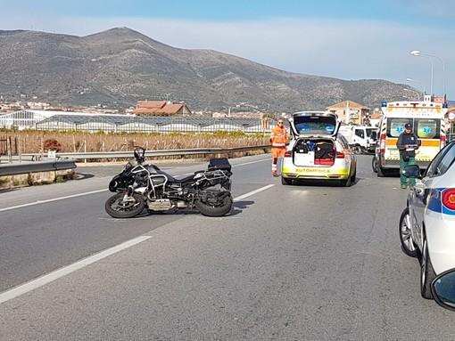 Incidente tra una moto e un veicolo della nettezza urbana tra Albenga e Ceriale (FOTO)