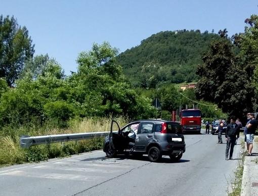 Si infila con l'auto dentro un cantiere lungo la Sp 28 bis a Cosseria: due feriti al San Paolo