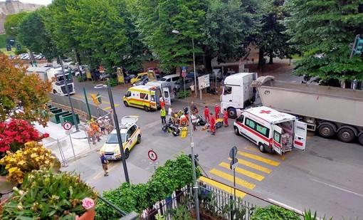 Savona, scontro tra due moto in corso Mazzini: due persone in codice giallo al San Paolo