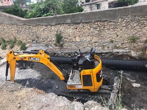 Albenga, sostituzione di oltre 10 metri di tubo fognario in via Carpaneto