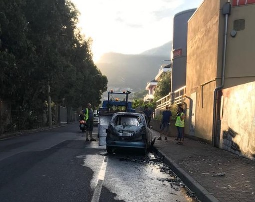 Auto prende fuoco a Loano: intervento dei vigili del fuoco