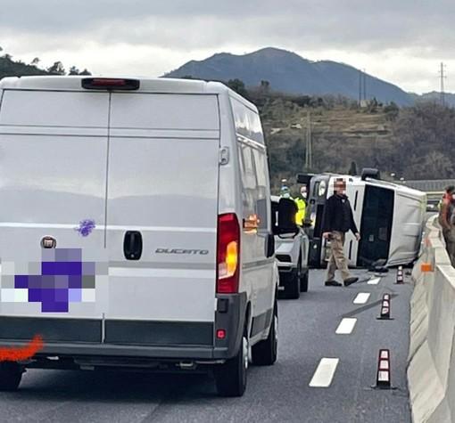 Furgone cappottato sulla A10 tra Finale e Pietra: autostrada chiusa in direzione Francia
