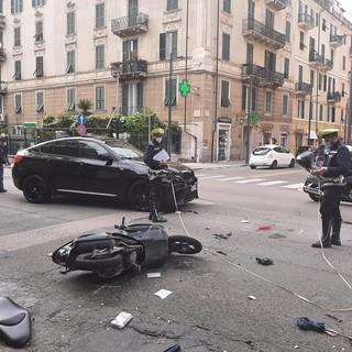 Savona, scontro auto-moto all'incrocio tra corso Mazzini e via Giacchero: soccorsi mobilitati (FOTO)