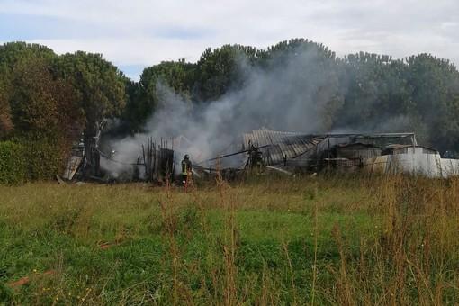 Albenga, baracche in fiamme in regione Vadino: intervento dei Vigili del Fuoco