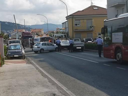 Loano, incidente tra due veicoli sulla via Aurelia: traffico in tilt (FOTO)