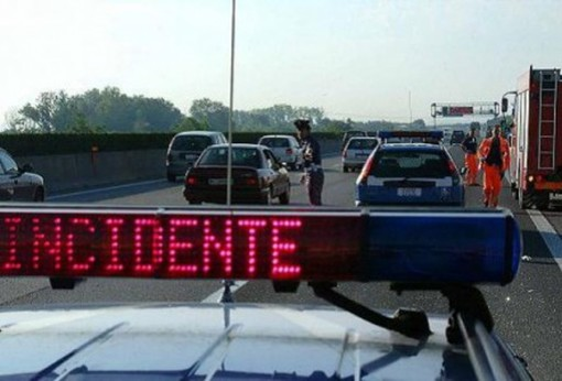 Incidente sulla A6, camion intraversato. Autostrada chiusa verso Savona