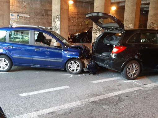 Savona, scontro tra due auto all'interno del sottopassaggio Gottardo (FOTO)