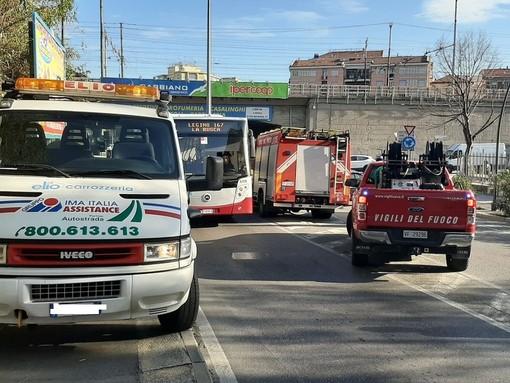 Auto contro moto a Savona in via Stalingrado. Due codici gialli al San Paolo
