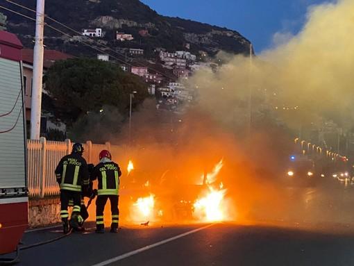 Incidente sull'Aurelia a Borgio Verezzi: un'auto va in fiamme (FOTO)