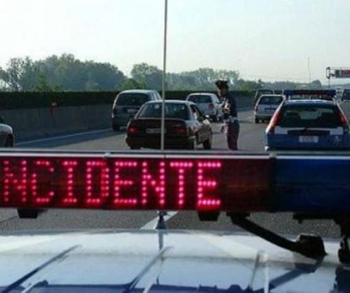 Andora, auto si cappotta in autostrada: 3 feriti all'ospedale