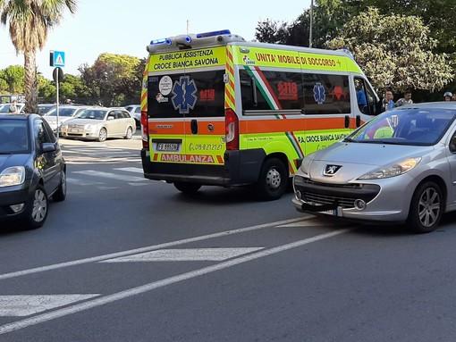 Savona, investimento pedonale in via Nizza: un ferito lieve (FOTO)