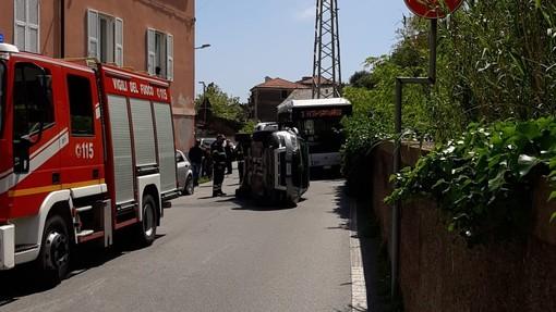 Savona, auto si ribalta in via Santuario: traffico paralizzato ma senza feriti