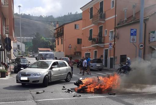 Porto Vado: scooter entra in collisione con un'autovettura e prende fuoco