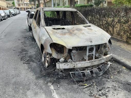 Albisola, incendio in via Sisto IV: 4 auto bruciate (FOTO e VIDEO)