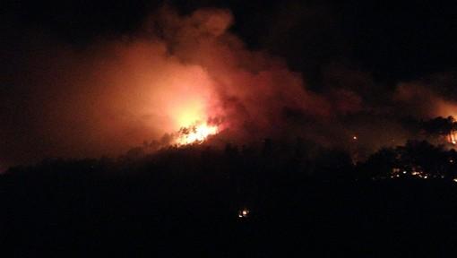 Prosegue l'opera di spegnimento del maxi incendio di Orco Feglino: evacuate due case (FOTO e VIDEO)