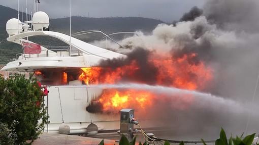 Al rogo un'imbarcazione alla Marina di Loano (FOTO e VIDEO)