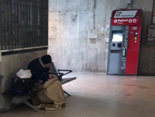"""Anziano senza tetto dorme al freddo in stazione ad Albenga, Ciangherotti e Perrone: """"Chiediamo aiuto al Prefetto"""""""