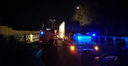 Camion si ribalta sulla A10 nei pressi del casello di Albisola: due persone in codice giallo al Santa Corona (FOTO)
