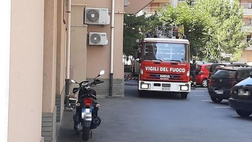 Savona, una baracchetta in fiamme su un terrazzo ha causato l'incendio in via Pirandello