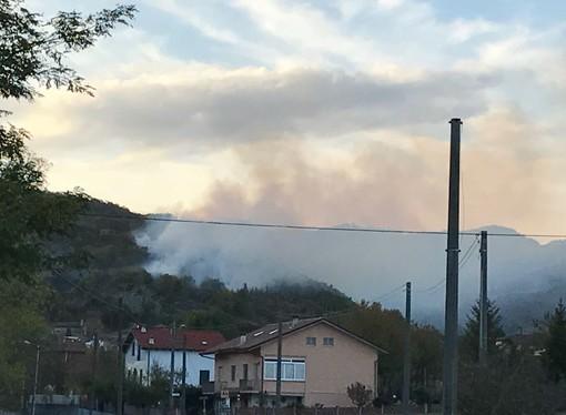 Cairo, incendio boschivo in località Ville (FOTO e VIDEO)