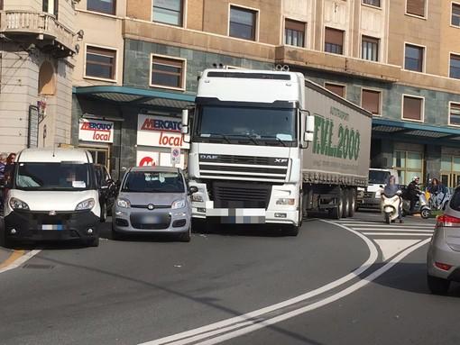 Savona, scontro tra auto e tir davanti alla Torretta: traffico in tilt (FOTO)