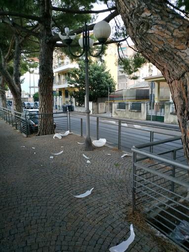 Atti vandalici ieri notte ad Albenga: in frantumi due finestre delle scuola Paccini e alcuni lampioni