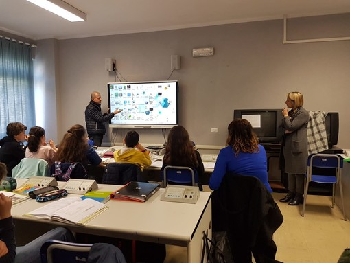 Albenga: grazie al Comitato Genitori all'Istituto Comprensivo 1 arriva una innovativa Smart Board (FOTO e VIDEO)