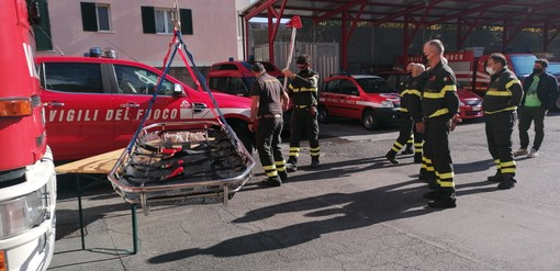 """Albenga, l'associazione """"Civico 41"""" dona una barella toboga taglia XL ai vigili del fuoco (FOTO)"""