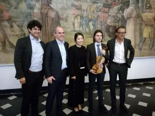 Albenga: il liutaio Davide Castiglia dona un violino al liceo musicale ingauno