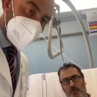 """Non vaccinato finisce in terapia intensiva al San Martino, l'appello: """"Non fate come me"""" (Video)"""
