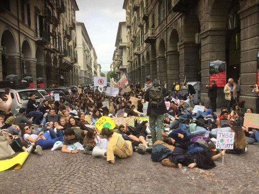 "Fridays For Future, ""Il mondo crolla, crolliamo anche noi"": un flash mob in via Paleocapa a Savona (FOTO e VIDEO)"