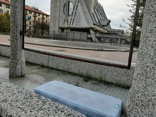 """Materasso abbandonato """"giace"""" a due passi dal Palazzo di Giustizia"""