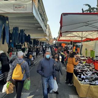 Il mercato del lunedì di Savona (immagine di repertorio)