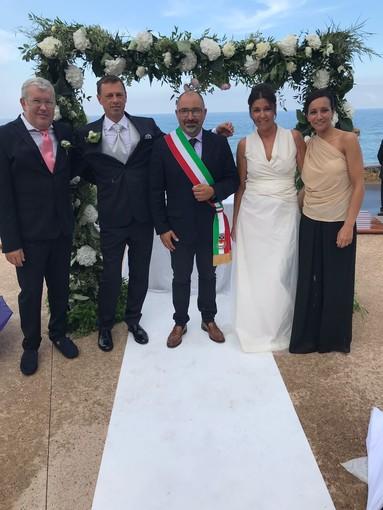 """Un romantico """"sì"""" sotto la pioggia: primo matrimonio civile nella nuova piazza Pelagos di Borghetto"""