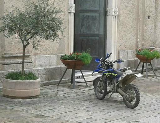 """Finalborgo: motociclette """"abusive"""" sul sagrato della chiesa"""