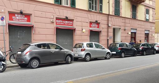Savona, giù la serranda al negozio Martin di via XX settembre: in vendita prodotti scaduti dal 2018