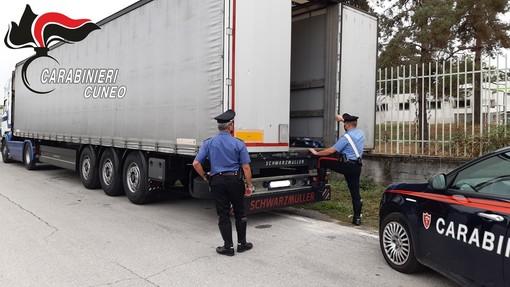 Si nascondono in un tir pensando di oltrepassare il confine di Ventimiglia: gruppo di stranieri finisce a Mondovì