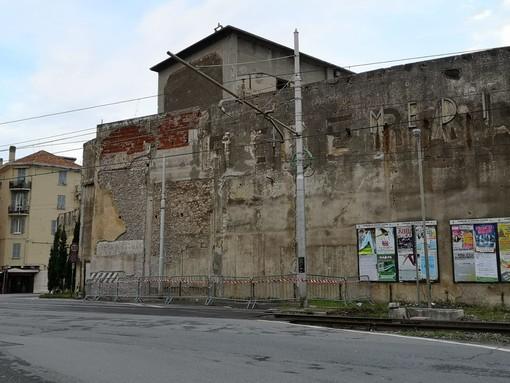 Pietra Ligure, cadono parti di mattone dal muro di recinzione dell'area degli ex cantieri Rodriquez: ordinanza urgente del Comune