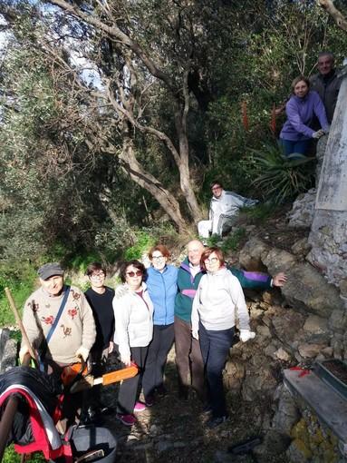 I volontari del Monte di Finalpia ripuliscono l'edicola votiva della Madonna (FOTO)