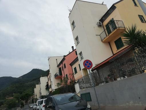 Albenga, parcheggio selvaggio in via Ilaria: i residenti protestano e chiedono più controlli