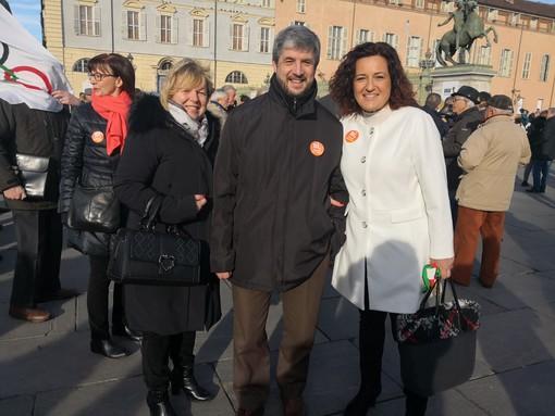 Nella foto: il sindaco di Vado Monica Giuliano in piazza Castello a Torino. In fotogallery: i cartelli di adesione da parte di numerose città, tra cui Vado Ligure