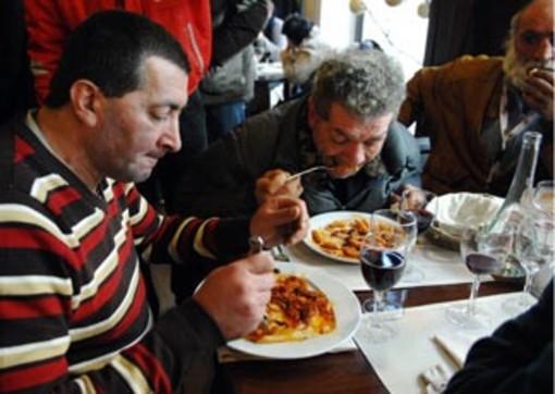 Nelle opere parrocchiali del Sacro Cuore di Albenga ogni giorno si pranza alla mensa dei poveri