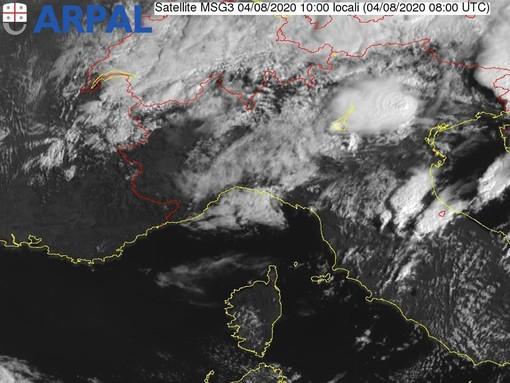 Meteo: schiarite agli estremi della regione, nuvolosità intensa sul settore centrale con qualche debole piovasco
