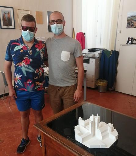 Lorenzo Ballario, primo ipovedente ad apprezzare le bellezze di Albenga toccando il modellino 3D del centro storico