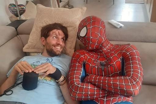 """Carlo bisognoso d'aiuto dopo l'incidente: anche la """"rete"""" di Spiderman si attiva per la solidarietà"""