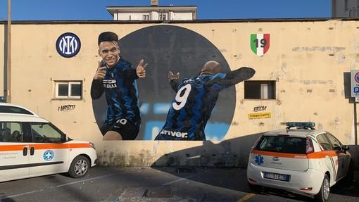 """Alassio, il murales nerazzurro scatena la polemica social: """"Cosa lo lega alla Città del Muretto?"""""""